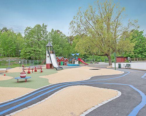 Lekpark runt hörnet av fastigheten mittemot