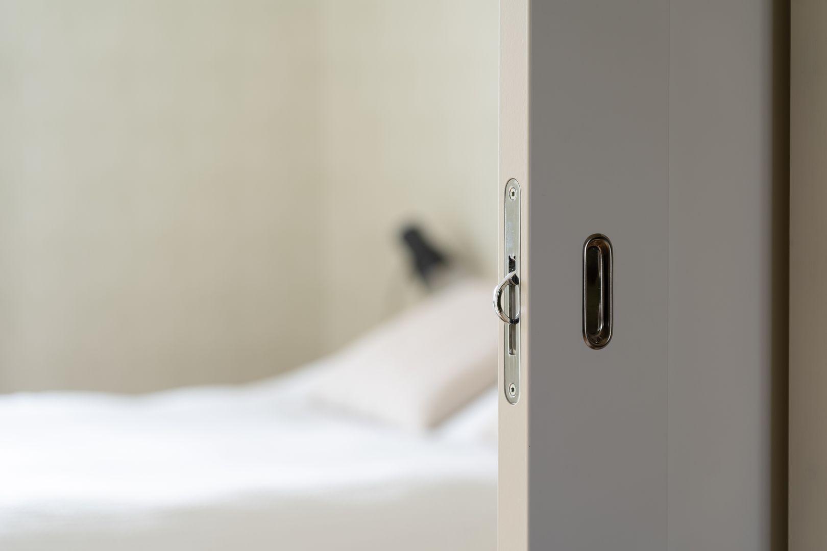 Praktisk skjutdörr mot sovrum