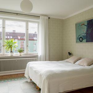 Sovrum med stort fönster mot innergården
