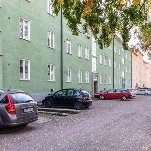Entrésida med parkeringsplatser