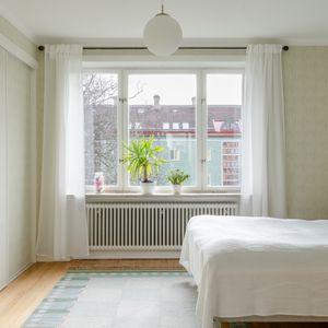 Sovrum mot grönskande innergård