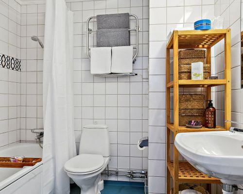 Helkaklat badrum med badkar