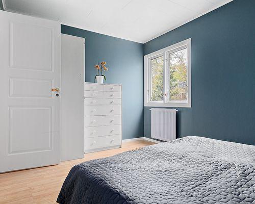 Sovrum med plats för dubbelsäng