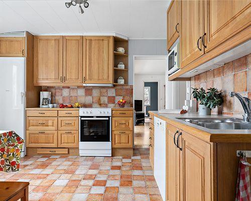 Köket med gott om skåp mot vardagsrum