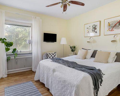 Stort sovrum med plats den stora dubbelsängen