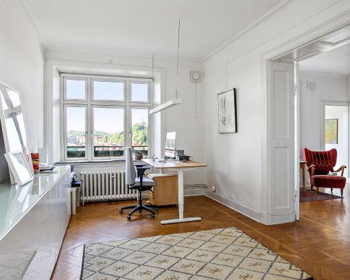 Två rum i fil med klassiska dubbla spegeldörrar