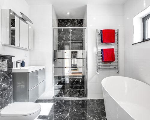 Lyxigt badrum med badkar och dusch