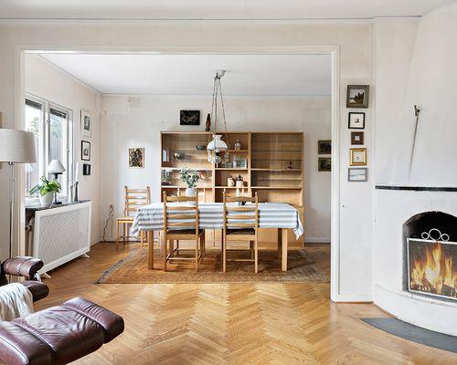 Vardagsrum med öppen spis mot matrum
