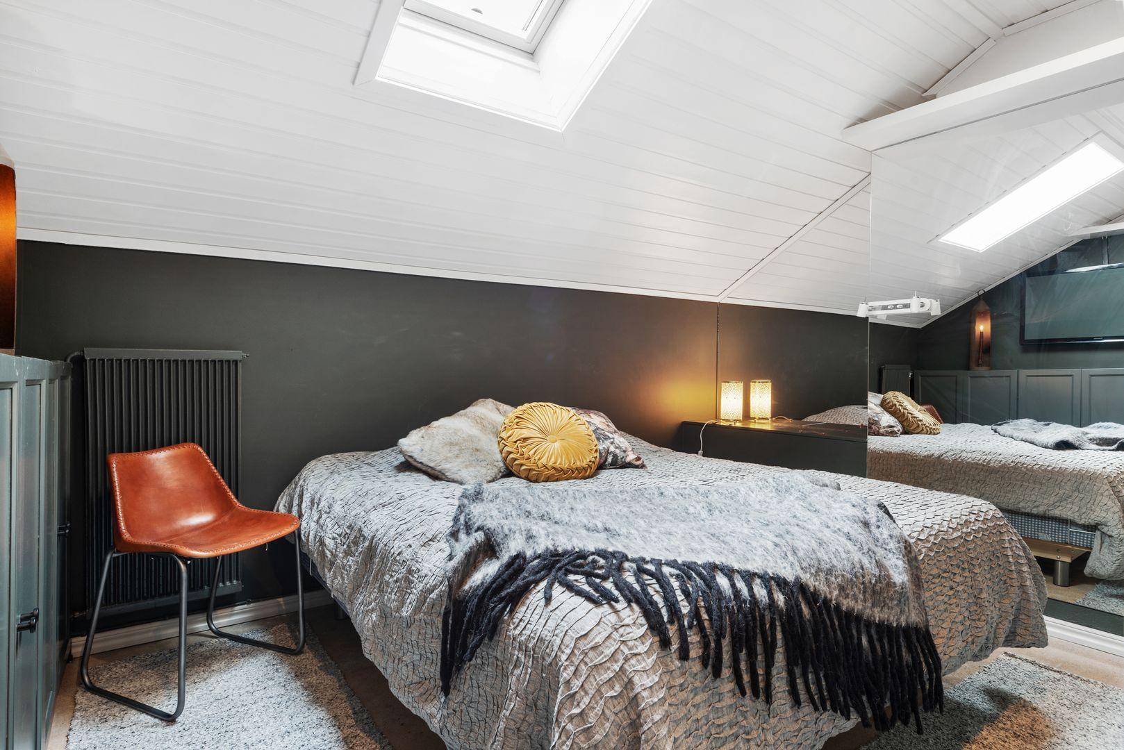 Sovrum med takfönster