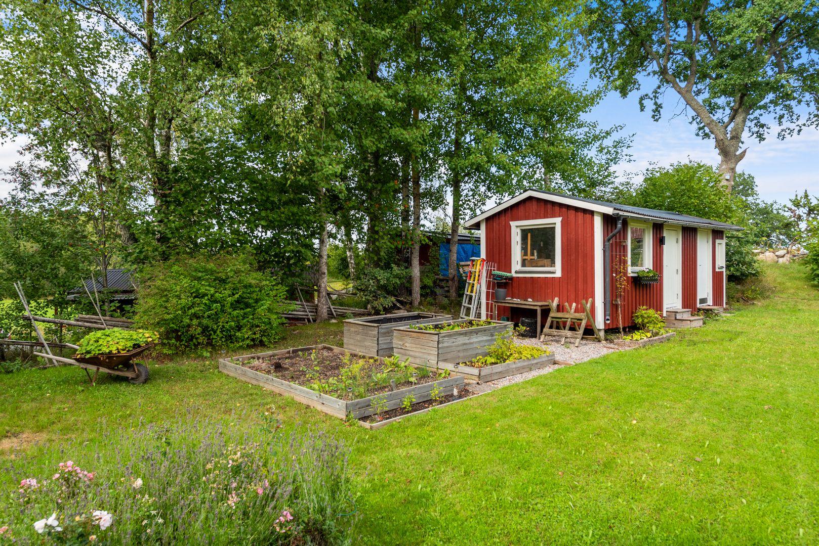 Gästhus och planteringar