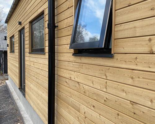 Fasad i Lärkträd med svarta fönsterkarmar