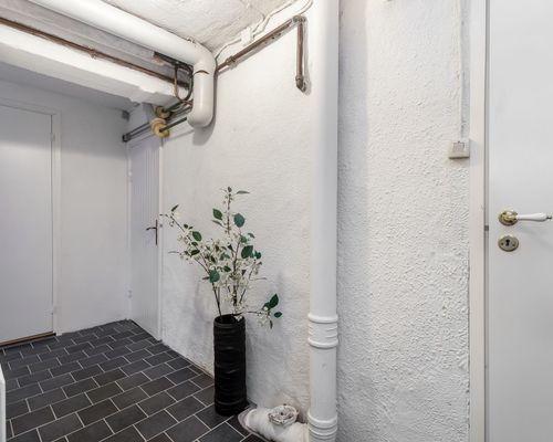 Källarplan med klinkergolv och putsade väggar