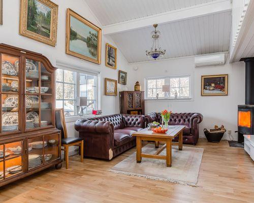Rymligt vardagsrum med skön takhöjd