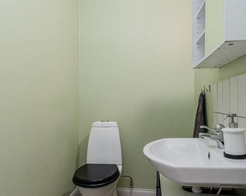 Toalett nedre plan.