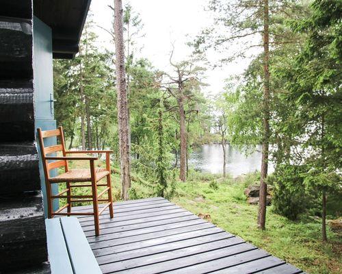Terrass gäststuga (2) med blick på sjön