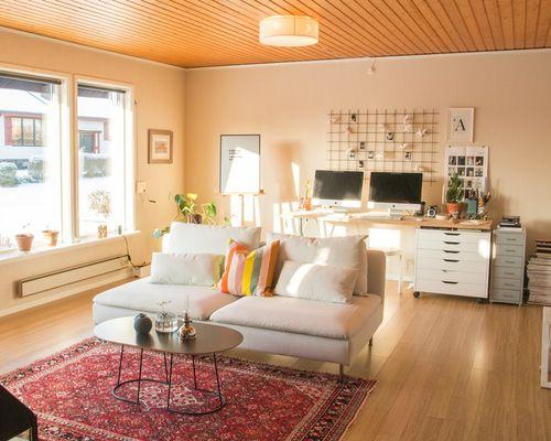 Vardagsrum med stora fönsterpartier