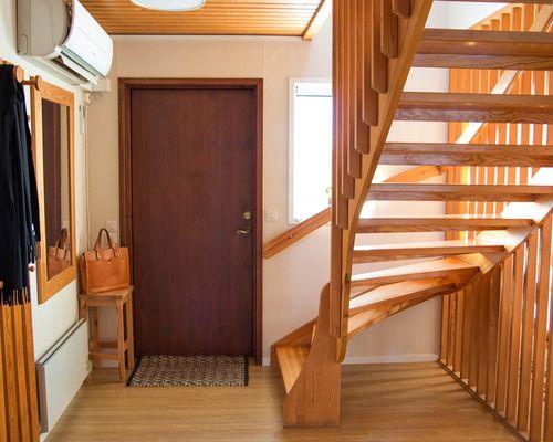 Hall med trappa till ovanvåningen
