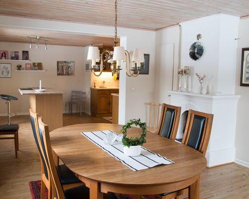 Matsalsrum i öppen planlösning med köket