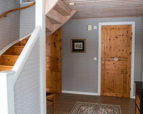 Entré och trappa till ovanvåningen