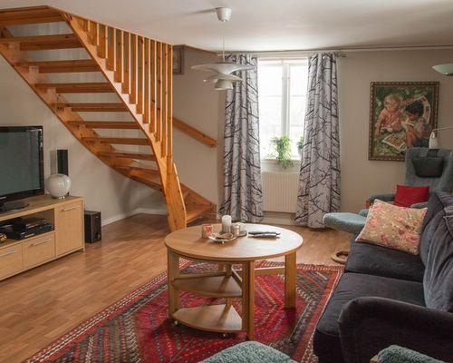 Trapphall med TV-rum på ovanvåningen
