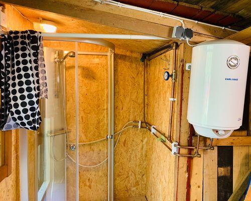 Påbörjad installation av dusch i förrådet