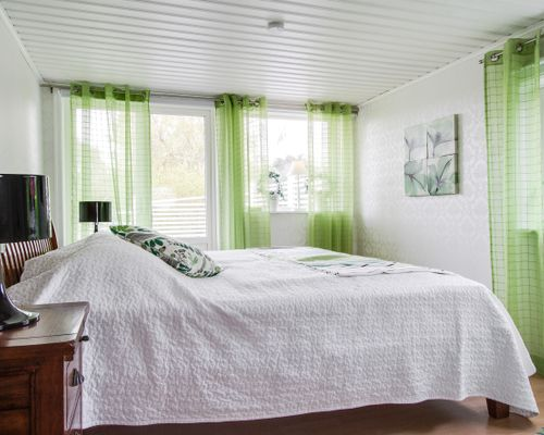 Sovrum med utgång till altanen