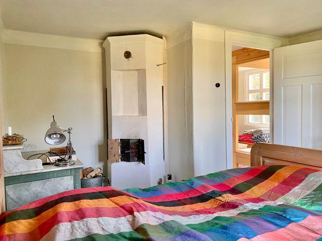 Sovrum med kakelugn, övervåning
