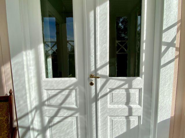 Dörr från lilla verandan till liten hall