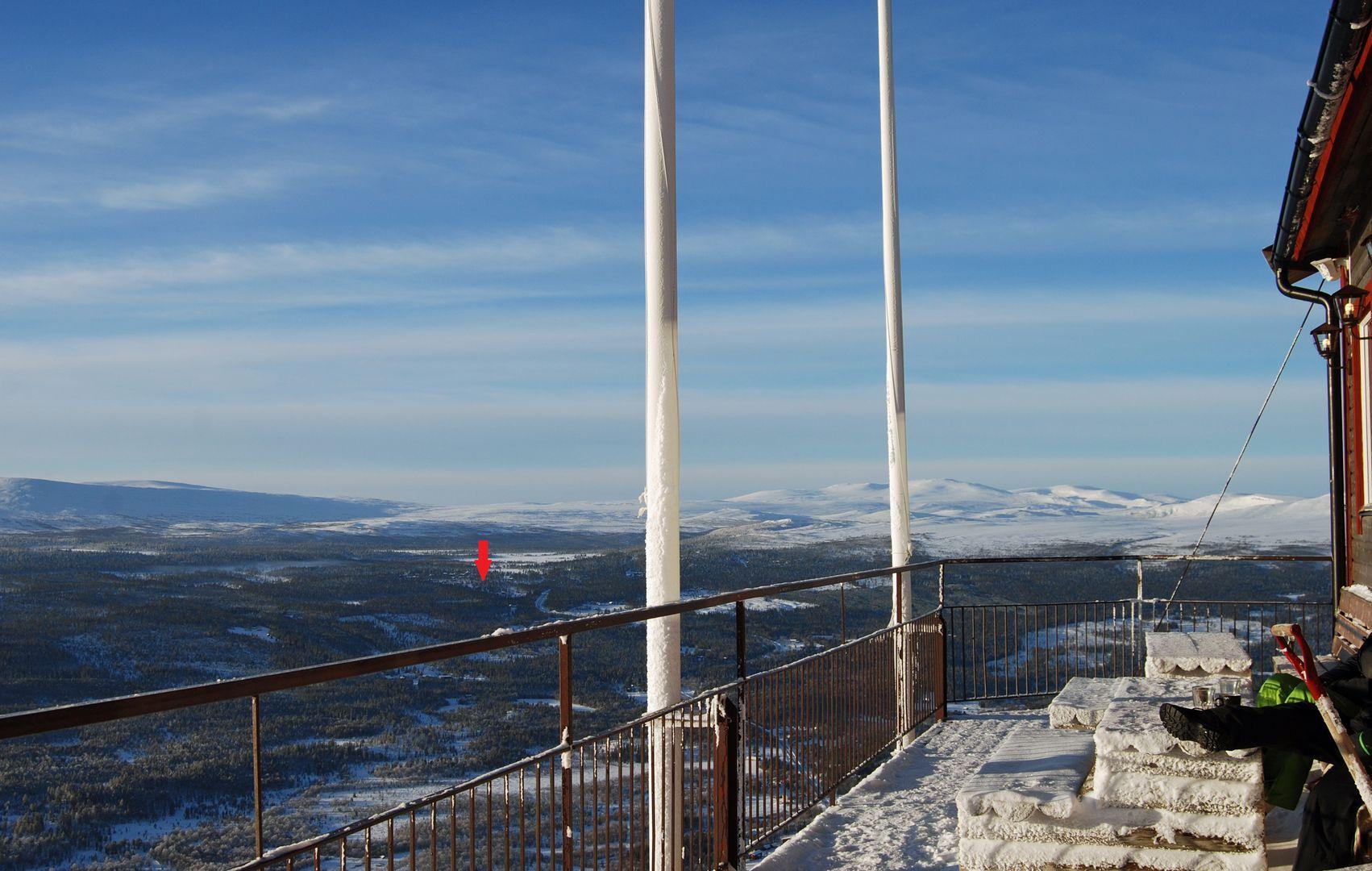 Foto från toppen av berget. Tomterna ligger ungefär vid pilen.