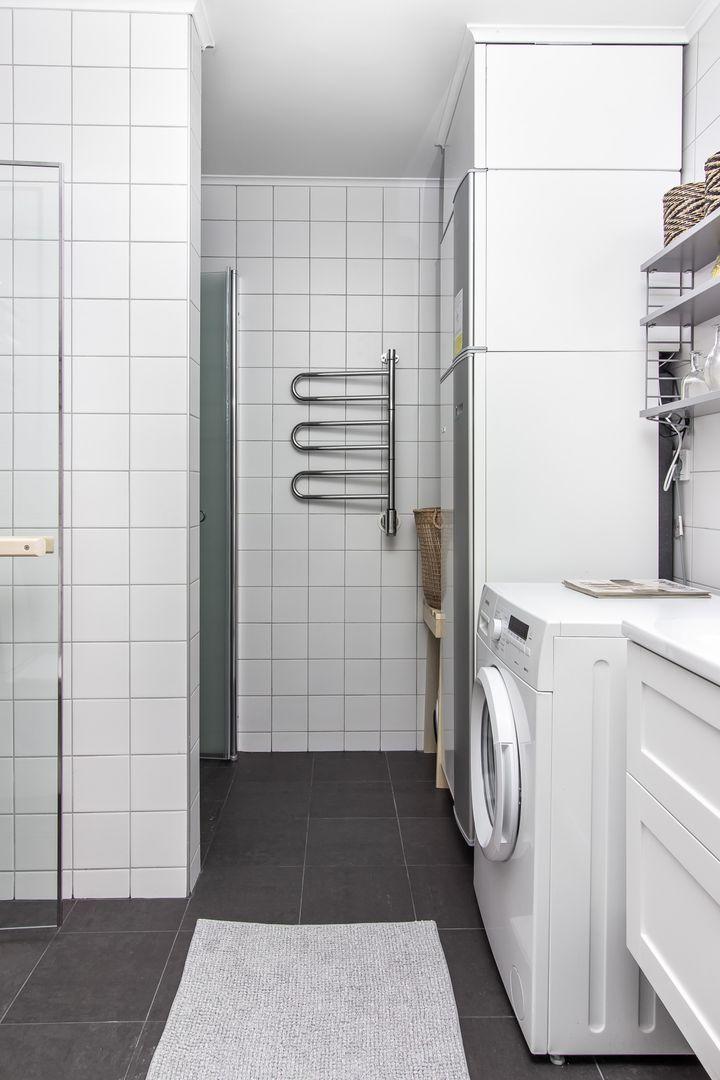 Fräscht badrum med dusch, tvätt och ...