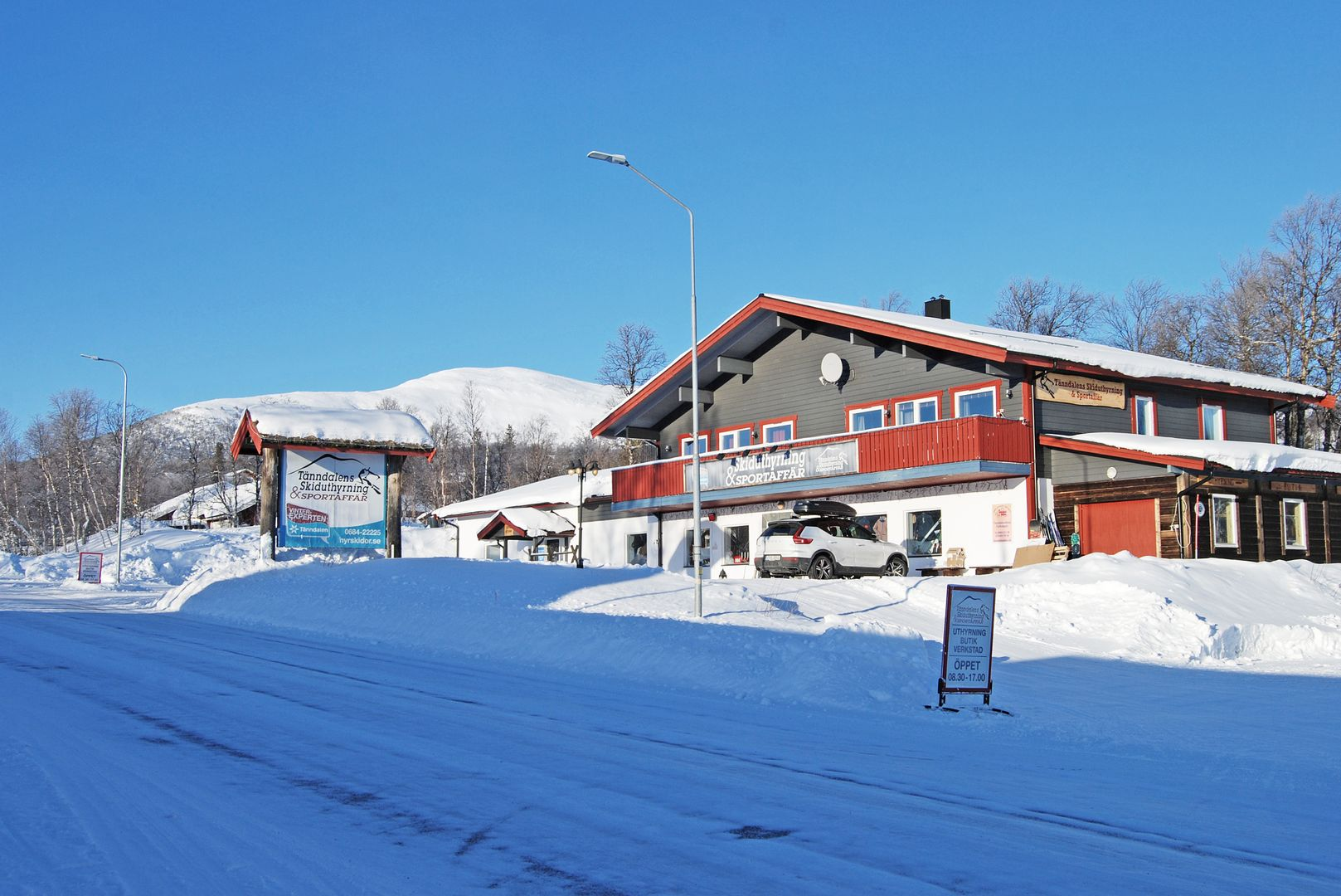 ... skiduthyrning, skidbusshållplats samt skotertransport upp till fjället.
