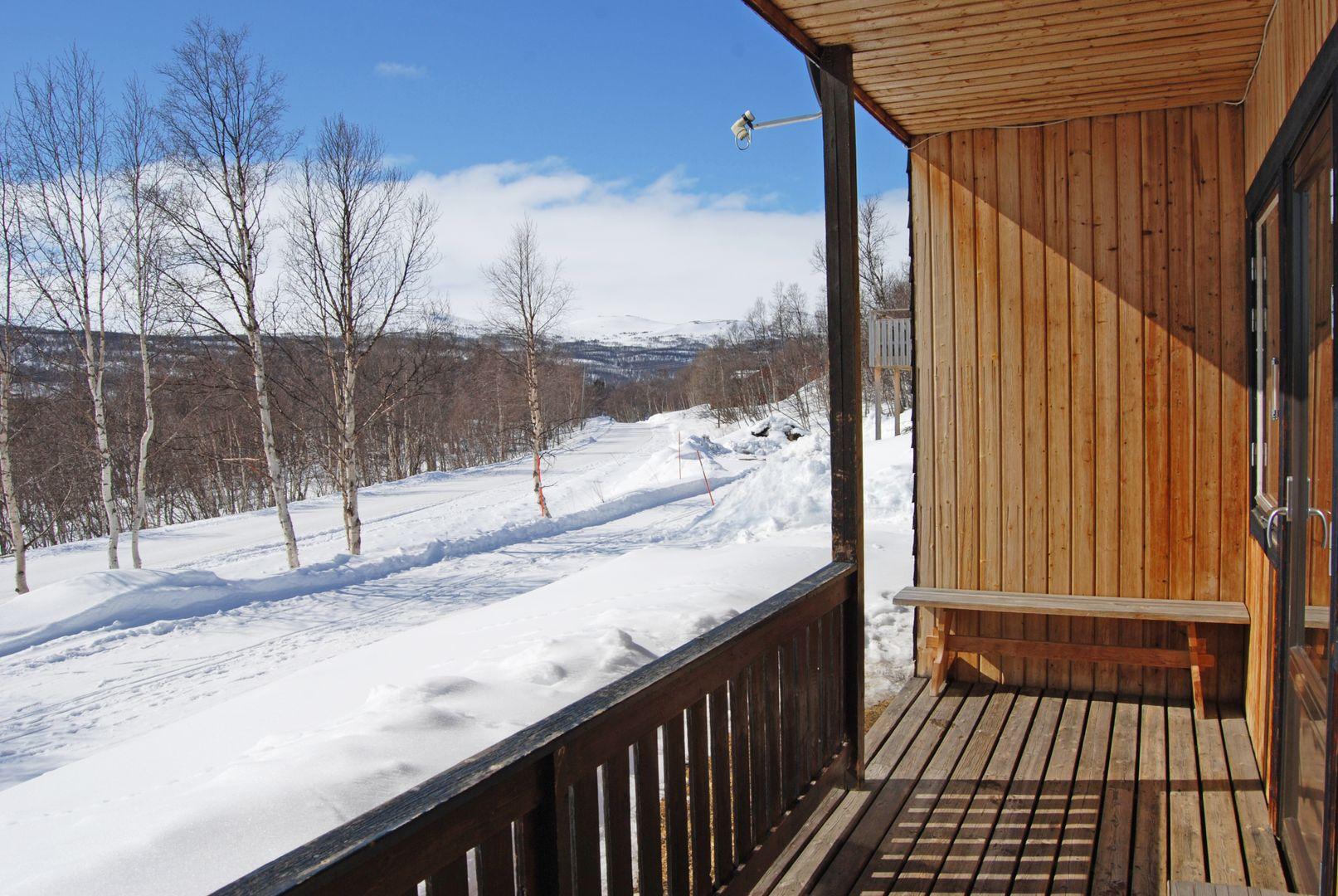 Här kan man gå ut och direkt in till den västra lägenheten via altanen.