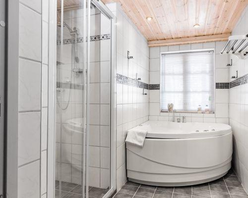 Relax med dusch, bubblande kar och ...