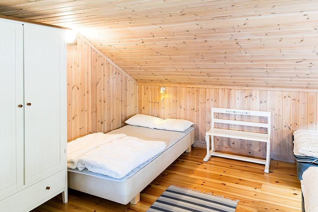 ... som rymmer ett rejält sovloft  med 4 sängar mm.