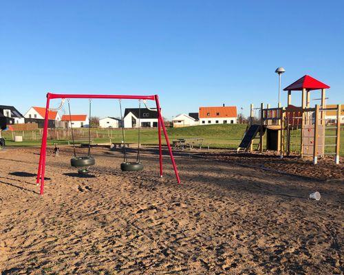 Stort grönområde med fin lekplats