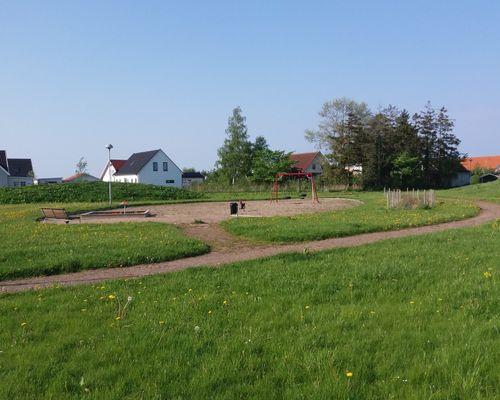 Här finns en fin lekplats där barn och föräldrar kan samlas
