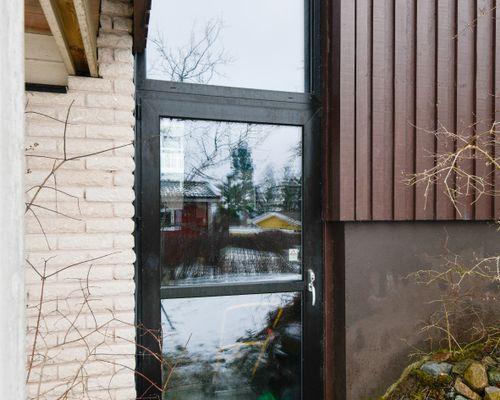 Fönster mellan hus och garage